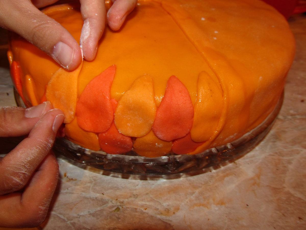 Как украсить торт из мастики пошагово