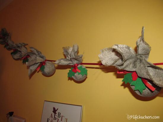 Большая гирлянда из шаров обернутых в ткань с украшениями из фетра