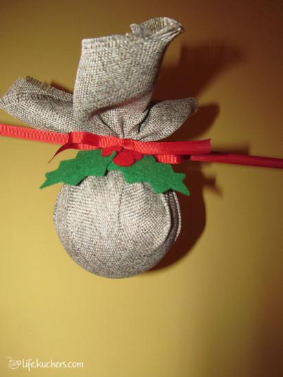 один из шар из гирлянды своими руками в ткани с украшениями из фетра